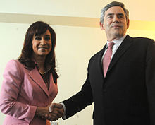 Christina Fernández shaking hands with Gordon Brown