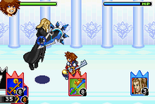 In the hallway of a palace, a spike-haired boy wearing red clothes and yellow shoes holds a large key, while a long-haired blonde man in black clothes holding a shield floats besides him.  At the top of the image are two bars with the faces of the characters beside them. At the bottom of the image are three areas with cards shaped like rectangles with three spikes at the top, being respectively the decks of the player and the computer, and the card currently in use.
