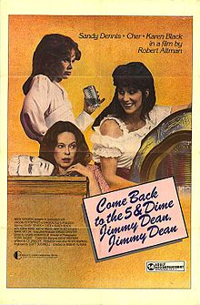Three women are seen in different poses against an orange background. The one on the right smiles as she rests her hand on a jukebox; to her left, the lower one stoops before a table, next to a mask; and the one standing up is holding a glass, with a blunt look on her face. The film's title is displayed in a cursive script inside a tilted pink square.